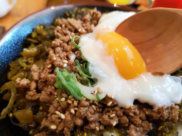 甘味処万丸Cafeの温玉ピリ辛高菜丼卵の温玉潰し