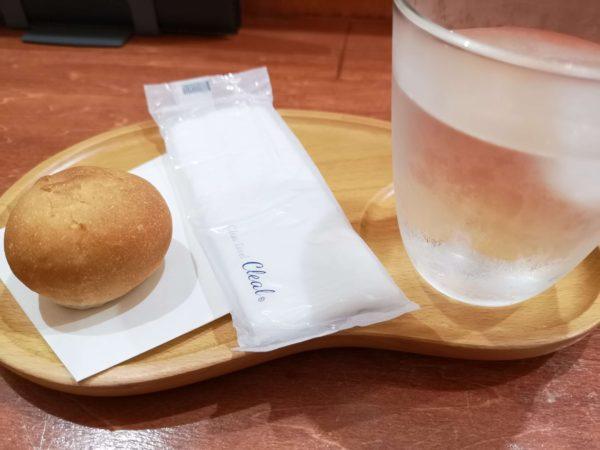 目白大村庵・那覇店の蕎麦粉パンとお冷